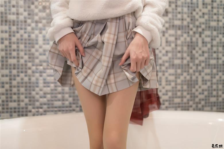 浴缸里的肉丝格子裙