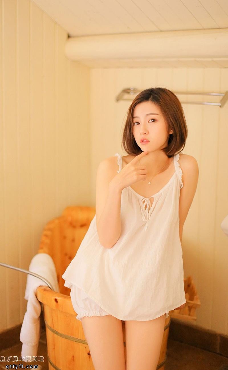 穿着睡衣的清纯美女