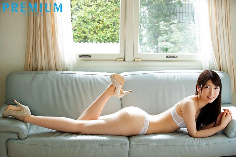 PRED-244:女主播香椎花乃享的美腿被掰开,无毛的下体被肉棒抽插。
