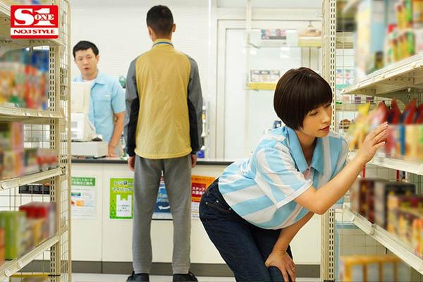 便利商店打工人妻姐姐「奥田咲」上班一直偷偷诱惑我 没办法只好用肉棒体叫她闭嘴了
