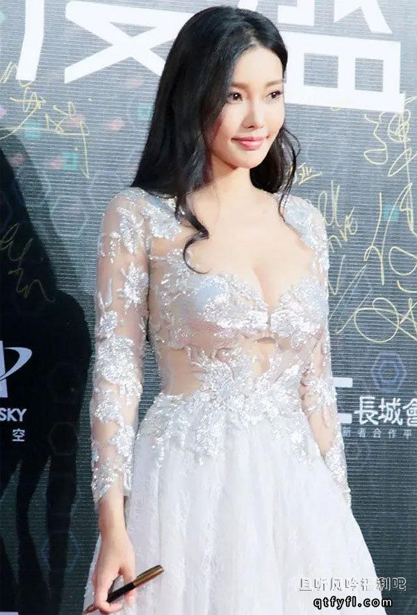 最美晶女郎童菲大二时被王晶发掘 曾参演电影票房26亿