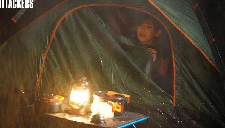 当露营遇上暴雨,和大嫂明里つむぎ被困在山中小屋……
