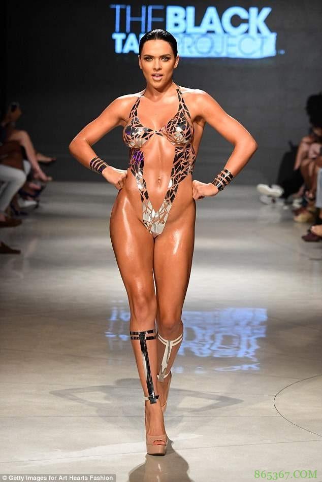 胶带比基尼新潮又时尚 迈阿密泳装周模特上演性感胶带极致诱惑