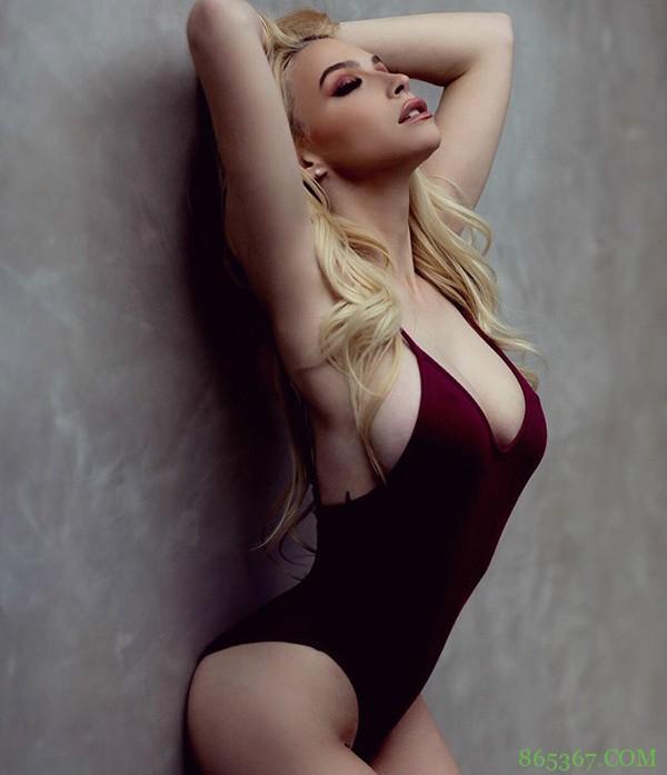 性感尤物Avery Marie 比基尼脱肩单手遮胸令人秒硬