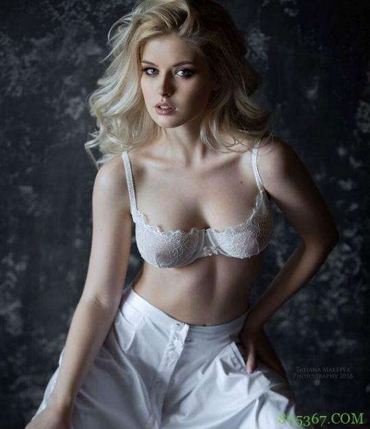 俄罗斯超级女模特解开胸衣给你看的 衣襟敞开性感美乳一览无余