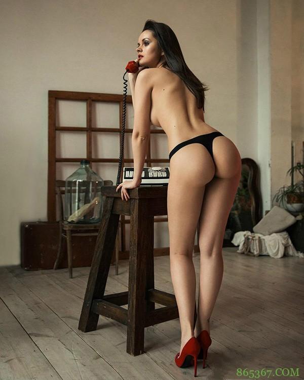 俄罗斯女人漏阴毛图片 Julia Liepa大尺度爆炸式姿势令人蠢蠢欲动