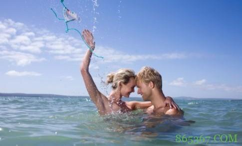 水中啪啪啪体验新鲜感 水中性爱要注意4点否则爱爱不成反作古