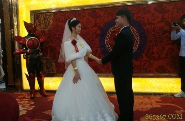网友结婚,叫兄弟们穿上最帅的衣服去助阵,结果来了一群假面骑士