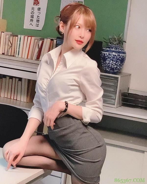 """正妹OL同事""""相沢みなみ""""总是不小心露出内裤!原来是想被全公司男同事教训啊"""